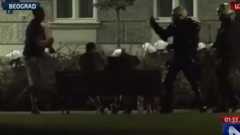 Σερβία: Αστυνομικοί ξυλοκόπησαν άγρια τρεις ανθρώπους που κάθονταν αμέριμνοι σε παγκάκι (vids)
