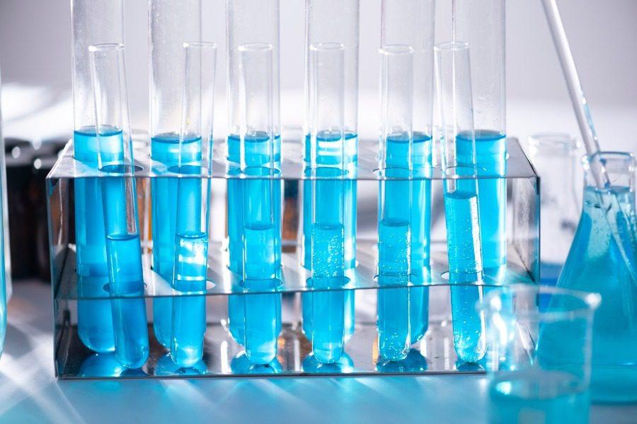 Κορωνοϊός: Αύριο οι ανακοινώσεις για το υποψήφιο εμβόλιο της Οξφόρδης