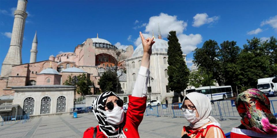 Έχουν… ξεφύγει: Πανηγυρίζουν με σημαίες και φωνάζουν συνθήματα οι Τούρκοι έξω από την Αγιά Σοφιά