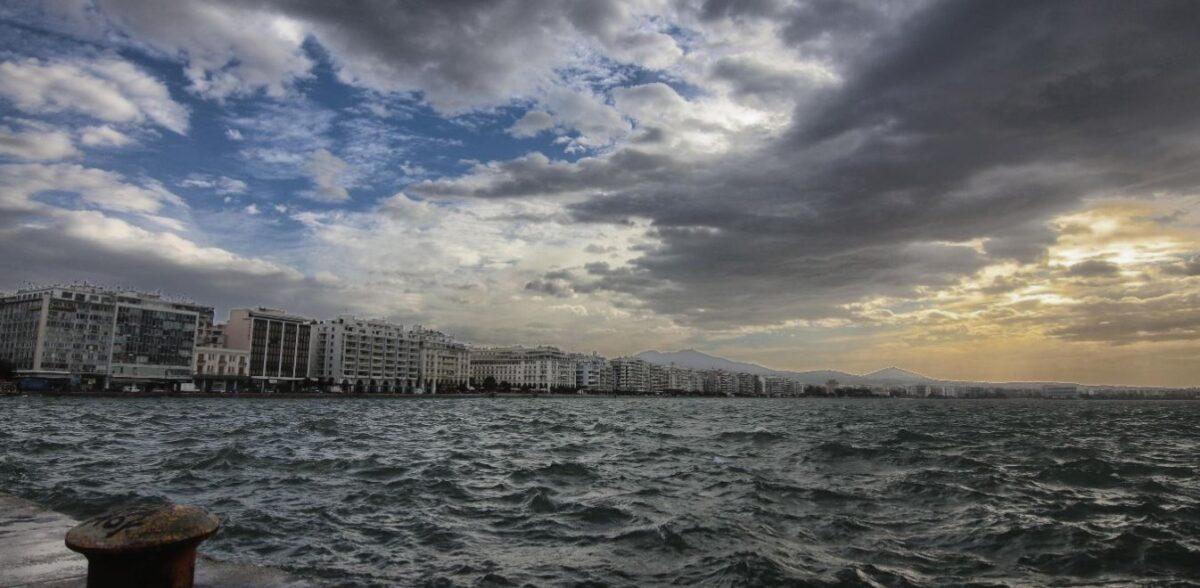 Καιρός: Bοριάδες, καταιγίδες και θερμοκρασία σε άνοδο – Πού υπάρχει κίνδυνος πυρκαγιάς