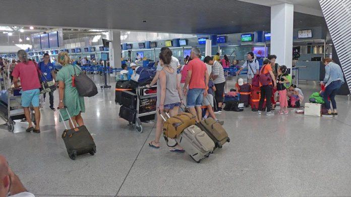 """Ανοίξαμε και σας περιμένουμε… Από ποιες χώρες δεχόμαστε τουρίστες – Ποιες """"κόβονται"""""""