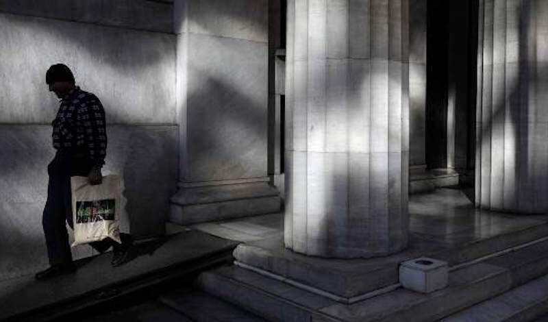 Moody's: Οι καταθέτες «σώζουν» τις ελληνικές τράπεζες