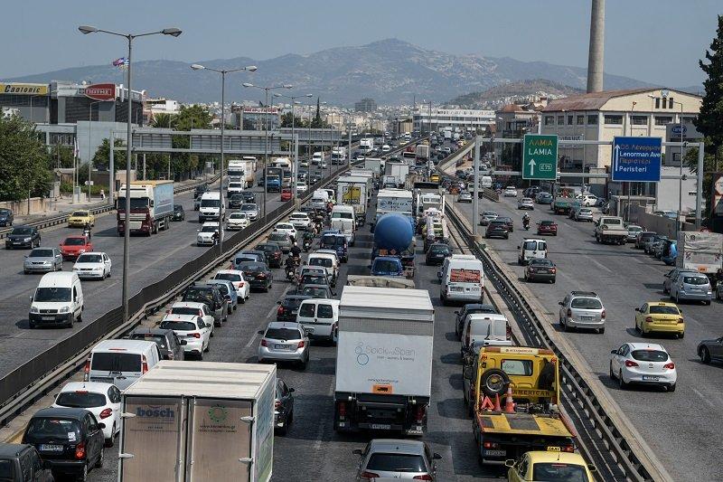 Ανατροπή νταλίκας στην εθνική οδό στη Λυκόβρυση – Με δυσκολία διεξάγεται η κυκλοφορία