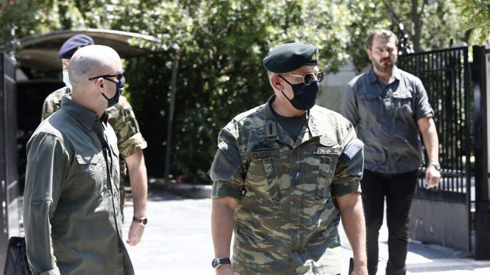 ΚΥΣΕΑ: Ο αρχηγός ΓΕΕΘΑ με στολή παραλλαγής στο Μέγαρο Μαξίμου