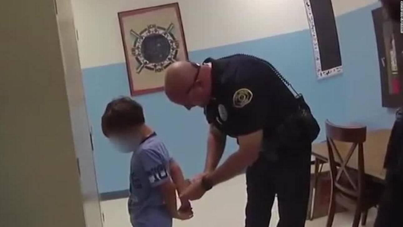 Βίντεο – σοκ από τις ΗΠΑ: Αστυνομικοί περνάνε χειροπέδες σε 8χρονο