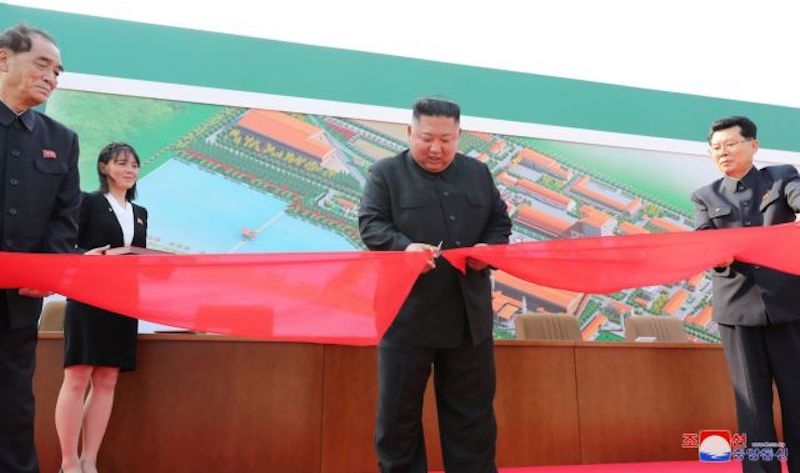 Κιμ Γιονγκ Ουν: «Κατατρόπωσε» τις φήμες ότι είναι σε κώμα και έκανε συνεδρίαση για τον κορονοϊό