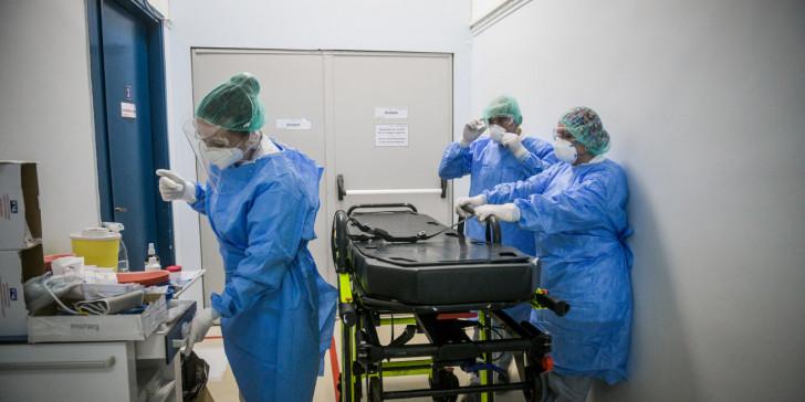 Kοροναϊός- Εν αναμονή νέων μέτρων: Σε νεαρές ηλικίες επιτίθεται ο ιός- Από 18 έως 39 ετών τα μισά κρούσματα