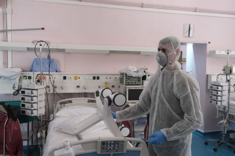 Κορονοϊός: Διασωληνώθηκε 27χρονη ειδικευόμενη γιατρός στη Λάρισα