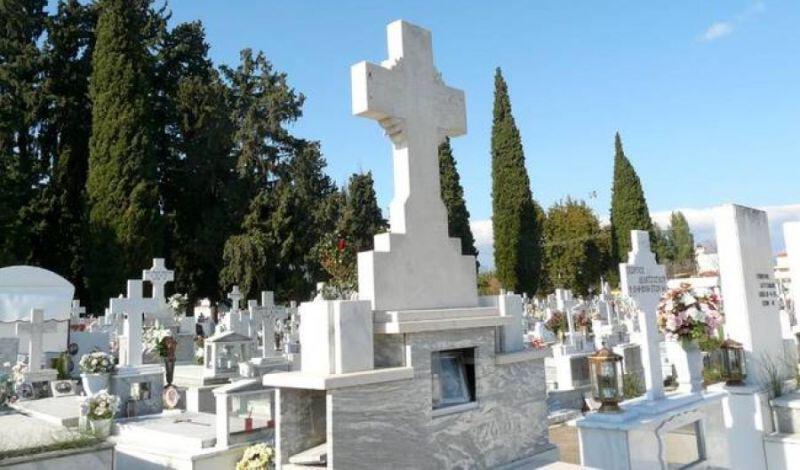 Λάρισα: Χαμός σε νεκροταφείο – Ξαφρίζουν τάφους, καντήλια και… γλάστρες!