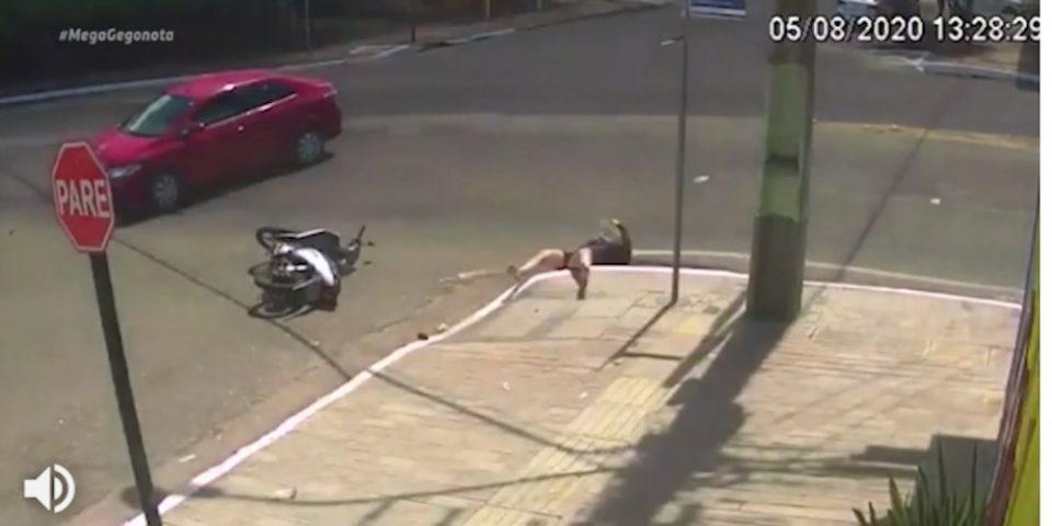 Απίστευτο τροχαίο: Αυτοκίνητο συγκρούεται με σκούτερ και η οδηγός του πέφτει σε υπόνομο