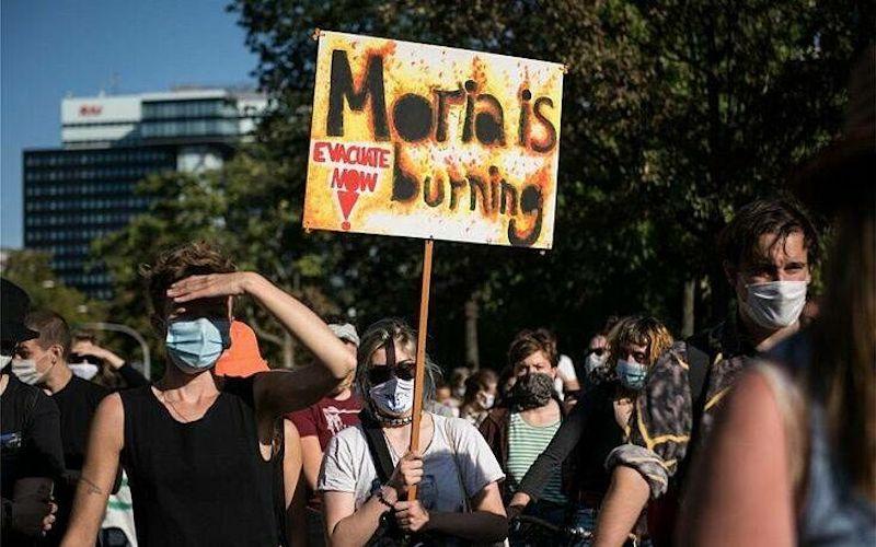 Χιλιάδες διαδηλωτές στο Βερολίνο ζητούν από την ΕΕ να δεχθεί πρόσφυγες από τη Λέσβο