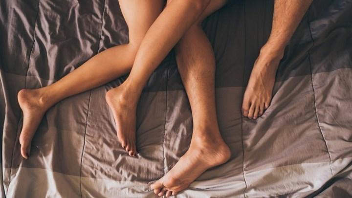 """""""Σεξ χωρίς φιλιά και με μάσκα ή καλύτερα μόνοι σας"""" – Τι προτείνει λοιμωξιολόγος"""