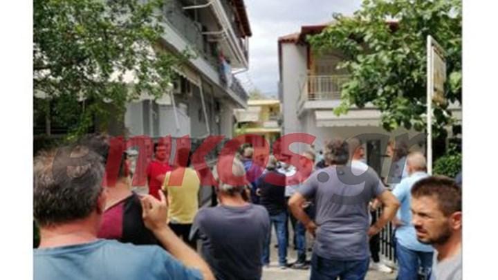 Ένταση στα Καμένα Βούρλα – Έφτασαν χωρίς ειδοποίηση λεωφορεία με πρόσφυγες – Τι δήλωσε ο δήμαρχος στο enikos.gr