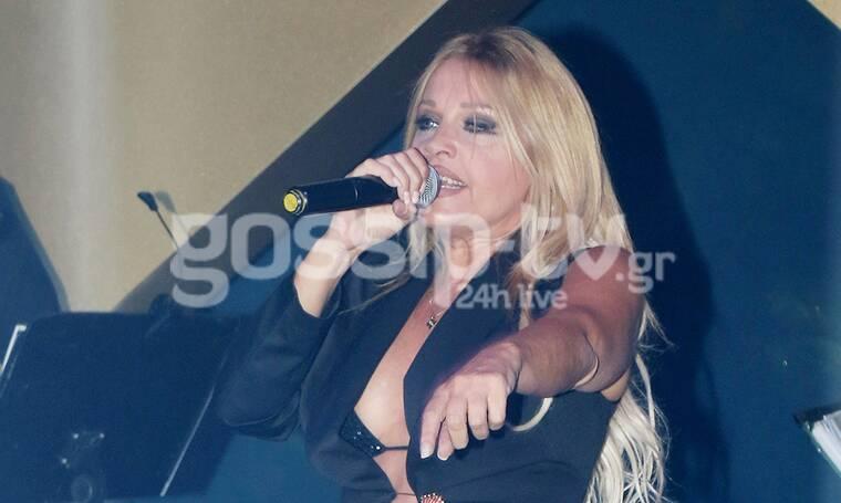 Σαμπρίνα: Βγαλμένη από… άλλη δεκαετία! On stage με styling 90s! (photos)