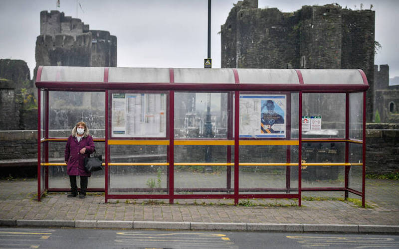 «Μη σκοτώσεις την γιαγιά σου»: Το μήνυμα της βρετανικής κυβέρνησης στους νέους για τον κορονοϊό