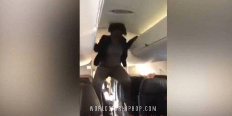 Εικόνες σοκ σε αεροπλάνο: Γυναίκα άρχισε να «χτυπιέται» σαν δαιμονισμένη (vid)