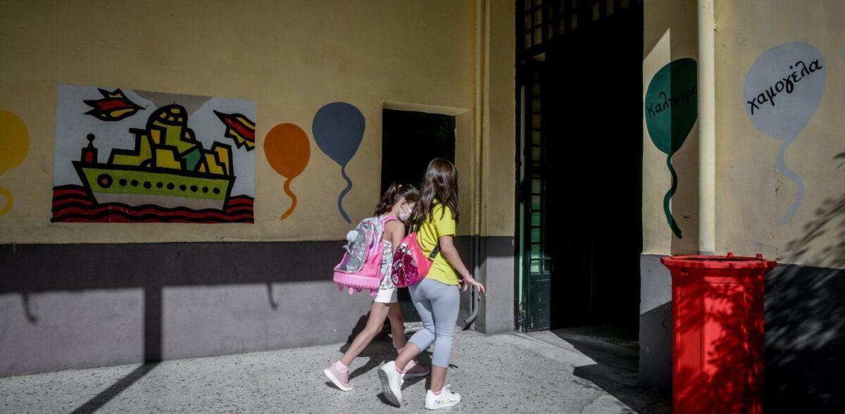 Ιταλία: Μαθητές κάνουν τις καρέκλες θρανία και κάθονται στο πάτωμα
