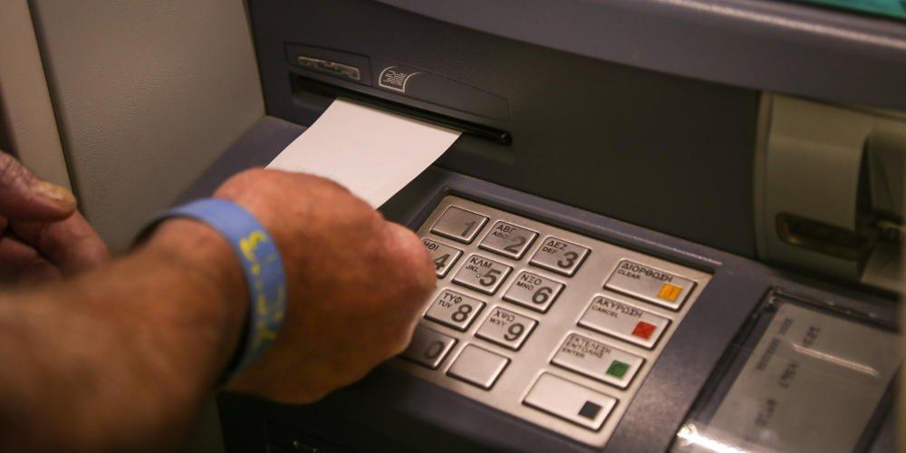 Βίντεο: Έτσι κλέβουν χρήματα και pin στα ΑΤΜ χωρίς να καταλάβετε τίποτα
