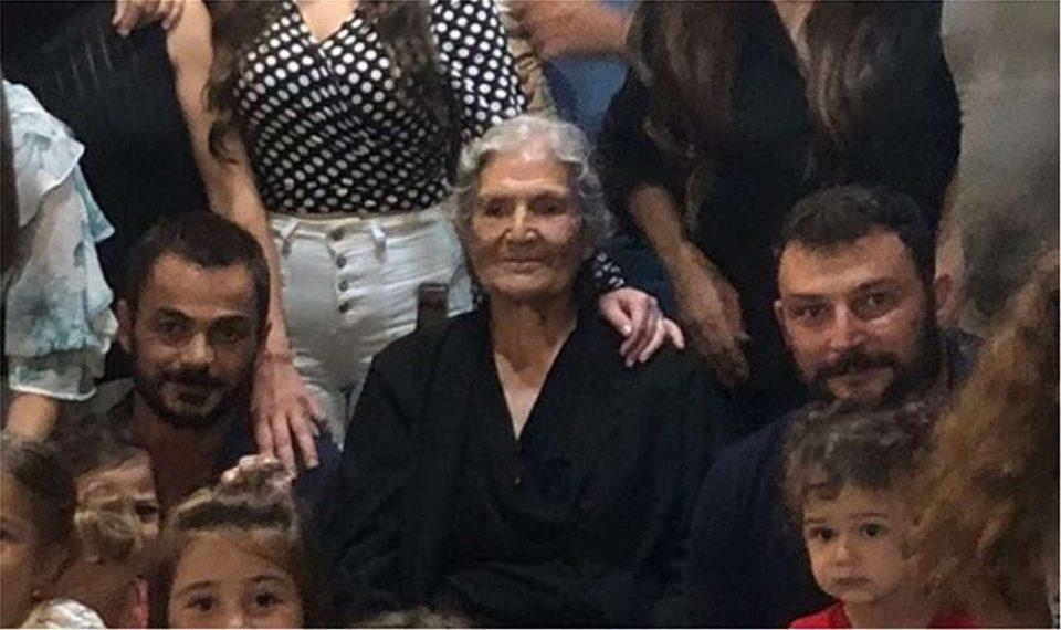 Η «Μανούσαινα» σαρώνει το διαδίκτυο – Γιατί η οικογενειακή φωτογραφία μιας γιαγιάς από την Κρήτη έγινε viral [εικόνα]