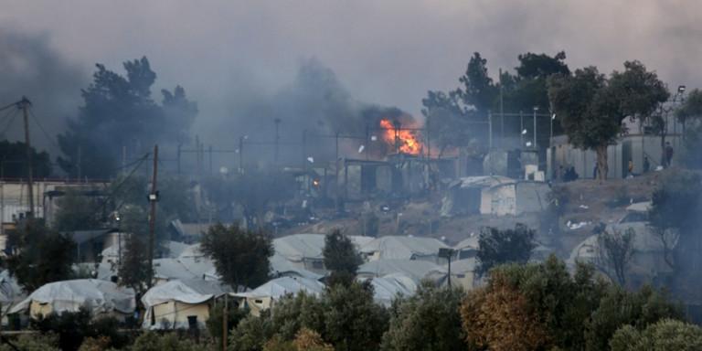 Φωτιά στη Μόρια: Στάχτες το ΚΥΤ, 13.000 μετανάστες στον δρόμο, ανάμεσά τους 35 με κορωνοϊό -Σε έκτακτη κατάσταση το νησί