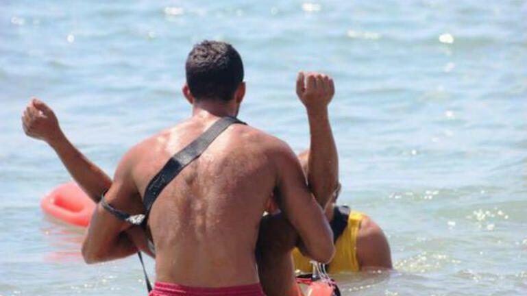 Τον παρέσυραν τα ρεύματα – Επιχείρηση διάσωσης για τουρίστα