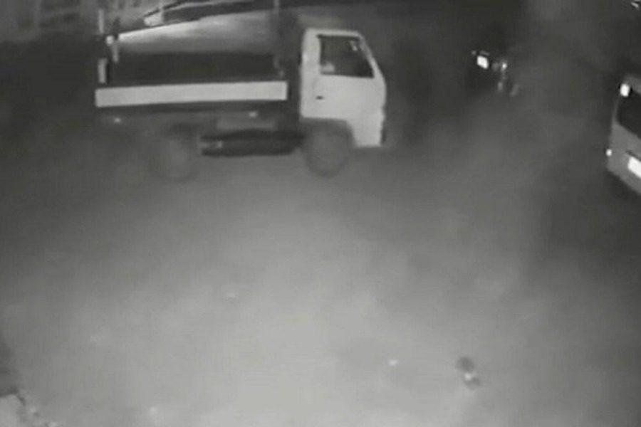 Φορτηγό‑φάντασμα: Έκανε όπισθεν και άνοιξε η πόρτα ενώ δεν ήταν κανείς μέσα