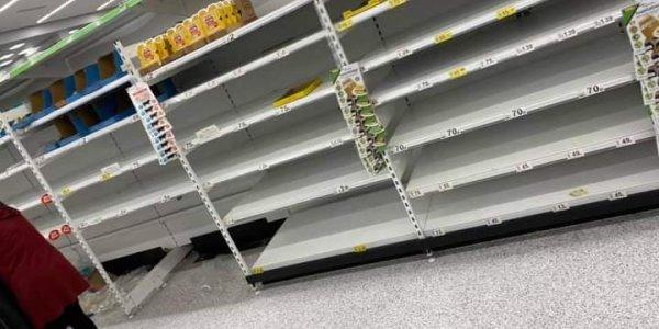 Κορονοϊός: Αδειάζουν τα ράφια των σούπερ μάρκετ στη Μεγάλη Βρετανία