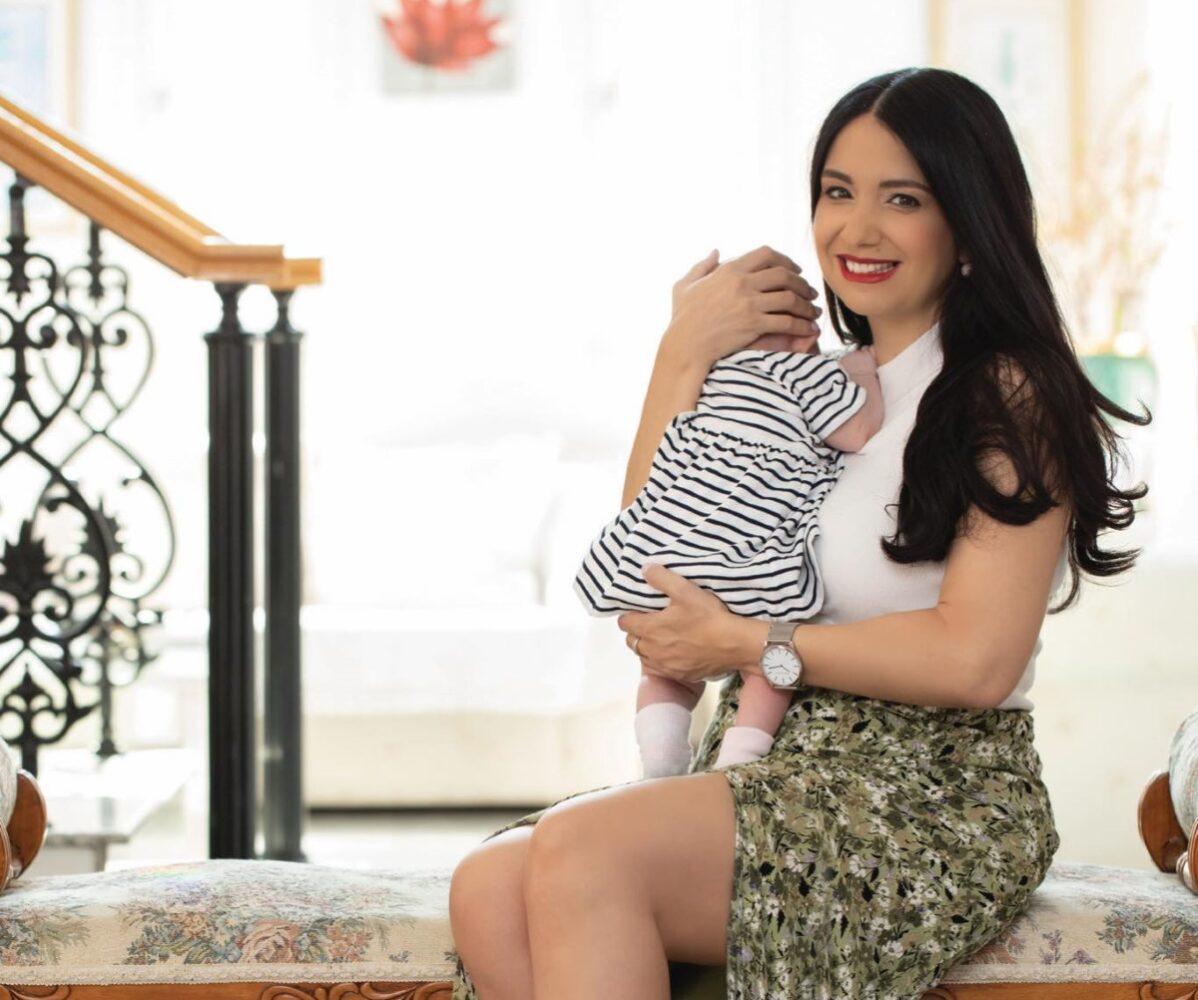 Η βουλευτής, που έγινε μητέρα με δωρητή σπέρματος, ποζάρει αγκαλιά με την κόρη της