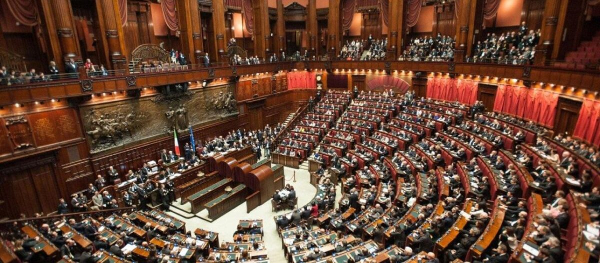 Οι Ιταλοί αποφασίζουν αν θα περικοπεί ο αριθμός των βουλευτών - Αναλυτές δηλώνουν ότι θα υπερψηφιστεί