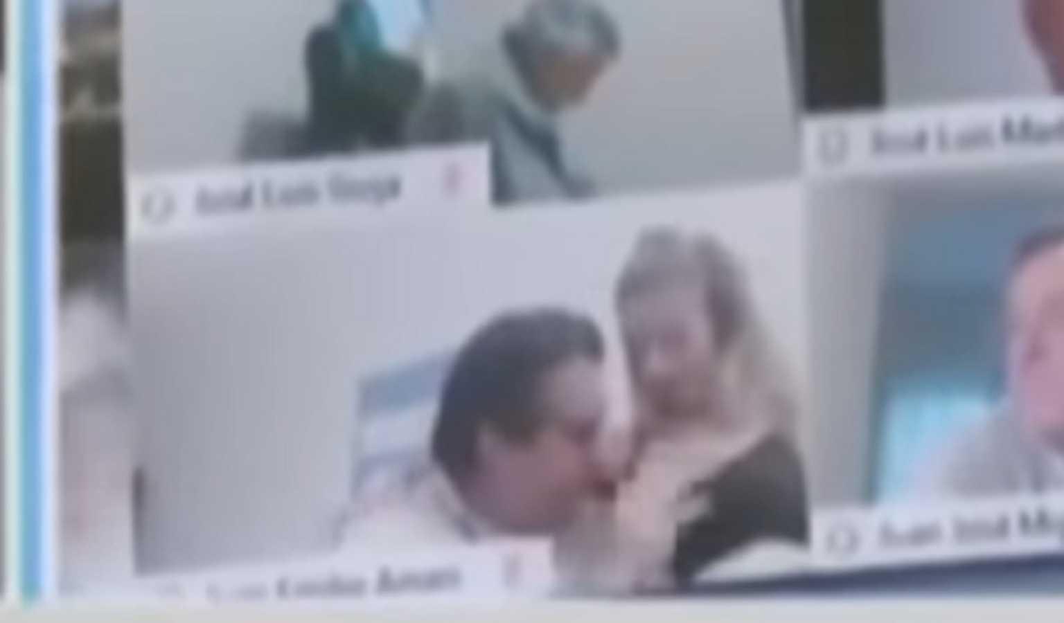 """""""Μερακλής"""" βουλευτής φιλούσε το… στήθος της γυναίκας του σε live τηλεδιάσκεψη – video"""