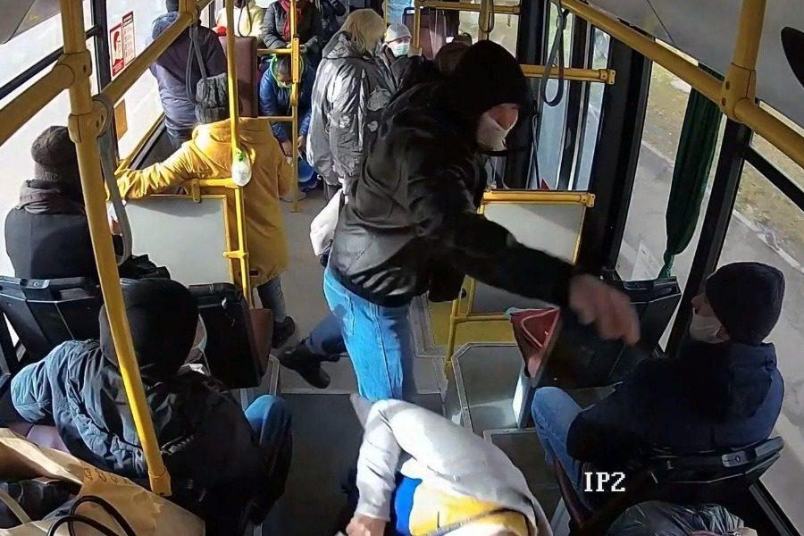 Ρωσία: Αγριος τσακωμός με γροθιές σε λεωφορείο για τη… μάσκα
