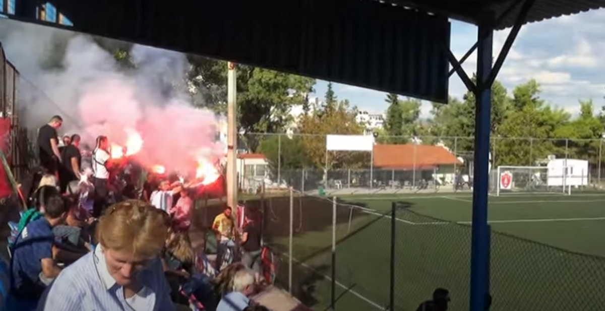 Ποιος κορονοϊός; Πάνω από 100 άτομα με καπνογόνα σε ματς Τοπικού στην Αθήνα (video)