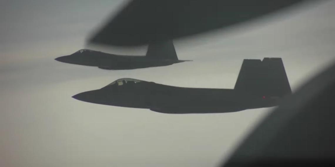 Κόντρες στον αέρα: Τι συμβαίνει όταν μαχητικά F-22 συναντάνε ρωσικά Su-35 πάνω από την Αλάσκα (vid)