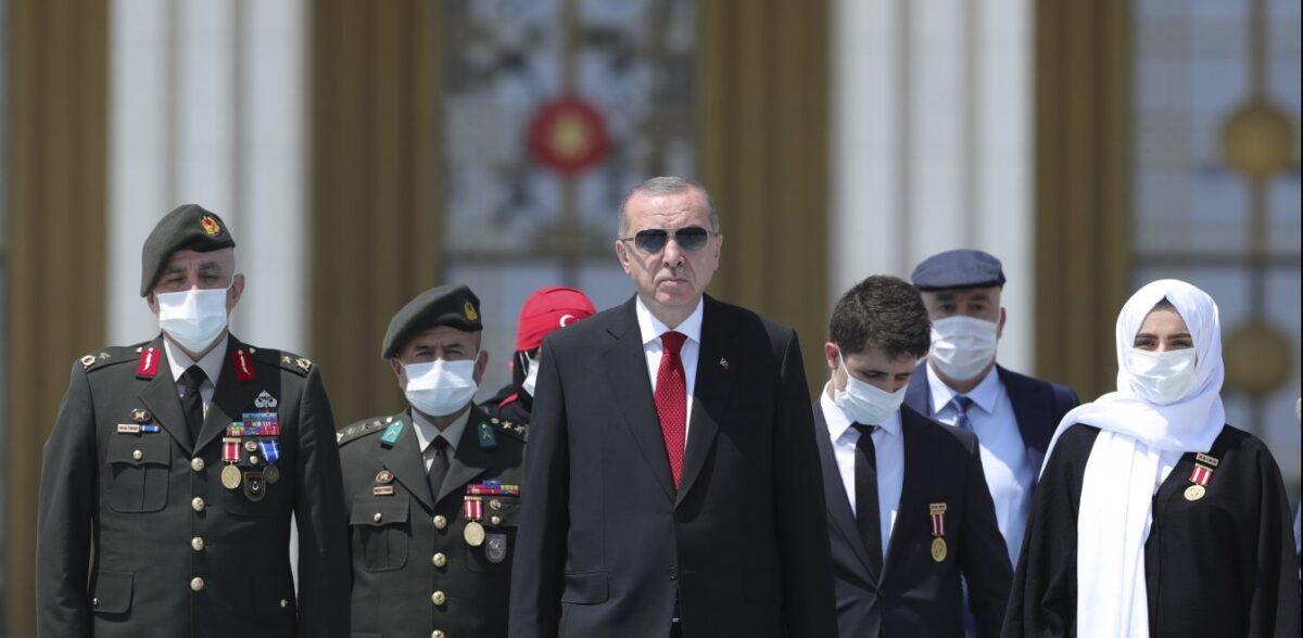 Τουρκία: Ο Ερντογάν θέλει αύξηση στον μισθό του – Καταρρέει η οικονομία