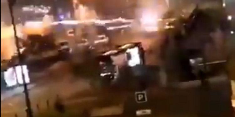 Γαλλία: Επίθεση αγνώστων σε αστυνομικό τμήμα – «Βομβαρδισμός» με πυροτεχνήματα! (vid)