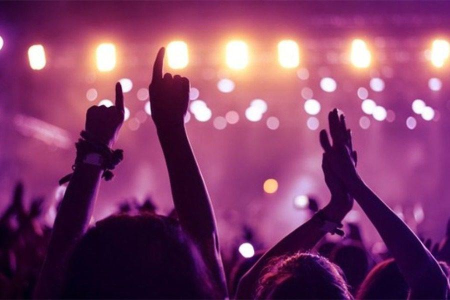 Πάρτι με ημίγuμνες χορεύτριες παρά την απαγόρευση κυκλοφορίας