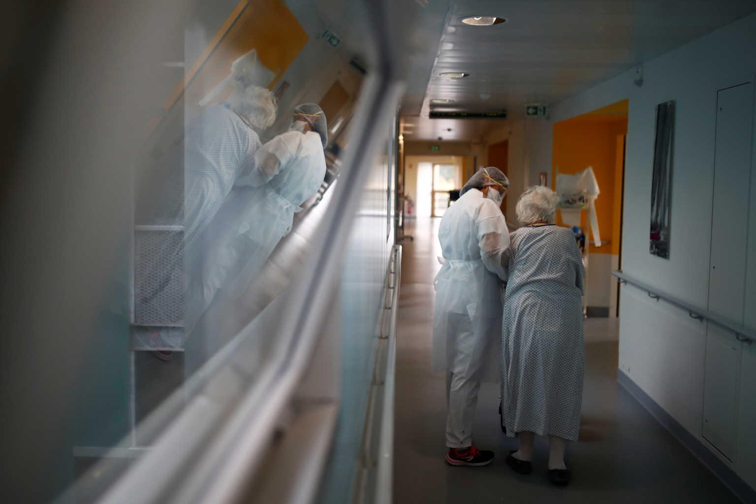 Κορονοϊός: 170 θάνατοι στους άνω των 65 ετών μέσα σε ένα μήνα – Δραματική έκκληση στους νέους για τη χρήση μάσκας