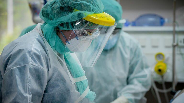 """""""Καλπάζει"""" η πανδημία: 1.259 κρούσματα, 102 διασωληνωμένοι και 12 νεκροί"""