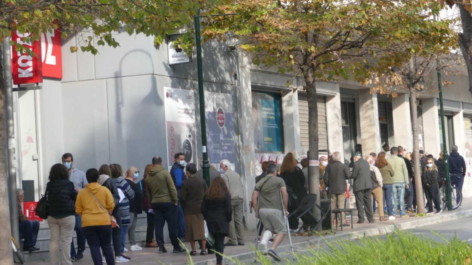 Κορονοϊός: Lockdown με ατελείωτες ουρές στη Λάρισα! Ανησυχία για τα νέα κρούσματα (Φωτό)