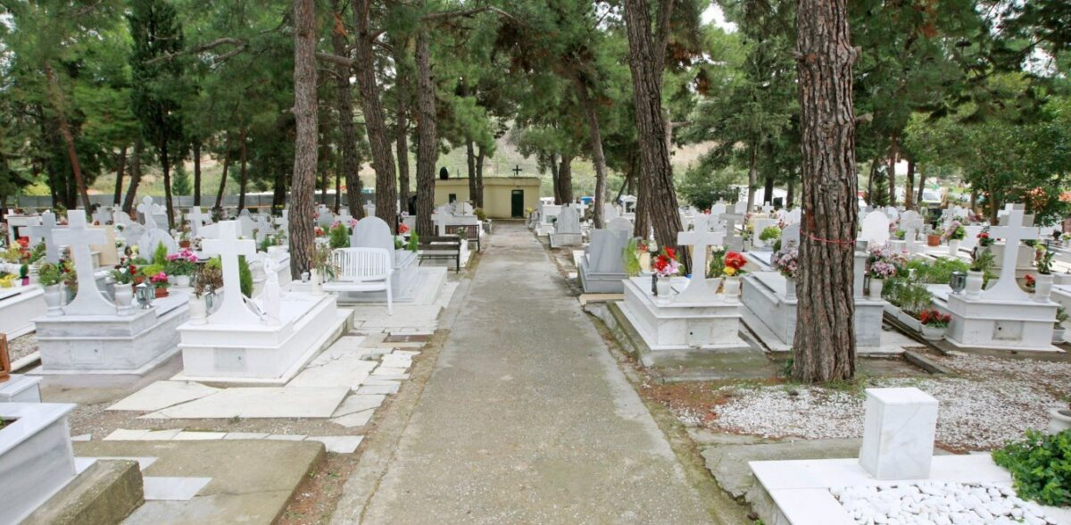 Θεσσαλονίκη: Σκάβουν νέους τάφους για τα θύματα του κορονοϊού – Γέμισαν οι πρώτοι 50