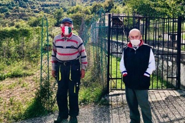 Αυτό το χωριό στην Ιταλία έχει δυο κατοίκους που όμως φοράνε μάσκα όταν συναντιούνται