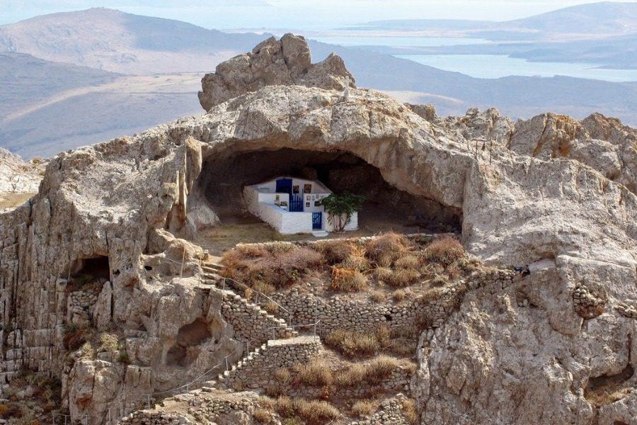Η μοναδική εκκλησία στον κόσμο χωρίς σκεπή βρίσκεται στην Ελλάδα