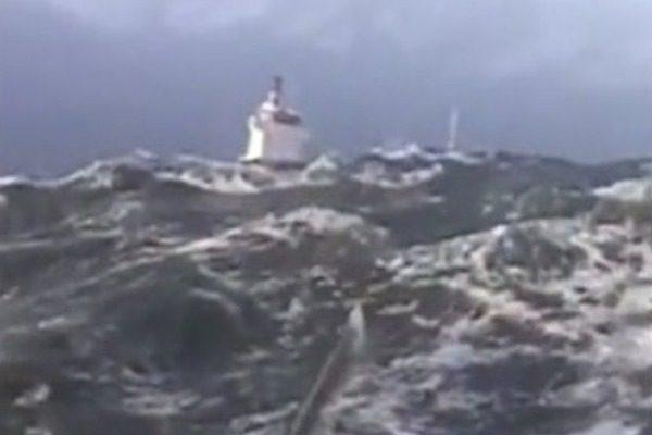 Τρία ρυμουλκά δίνουν μάχη με τα κύματα για να μην πέσει στα βράχια πλοίο 4.000 τόνων