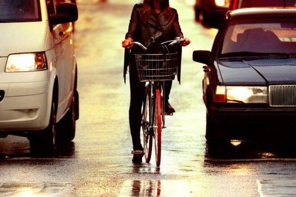 Επιβάτης αυτοκινήτου έσπρωξε «για πλάκα» ποδηλάτισσα στον δρόμο: Νεκροί και οι δυο