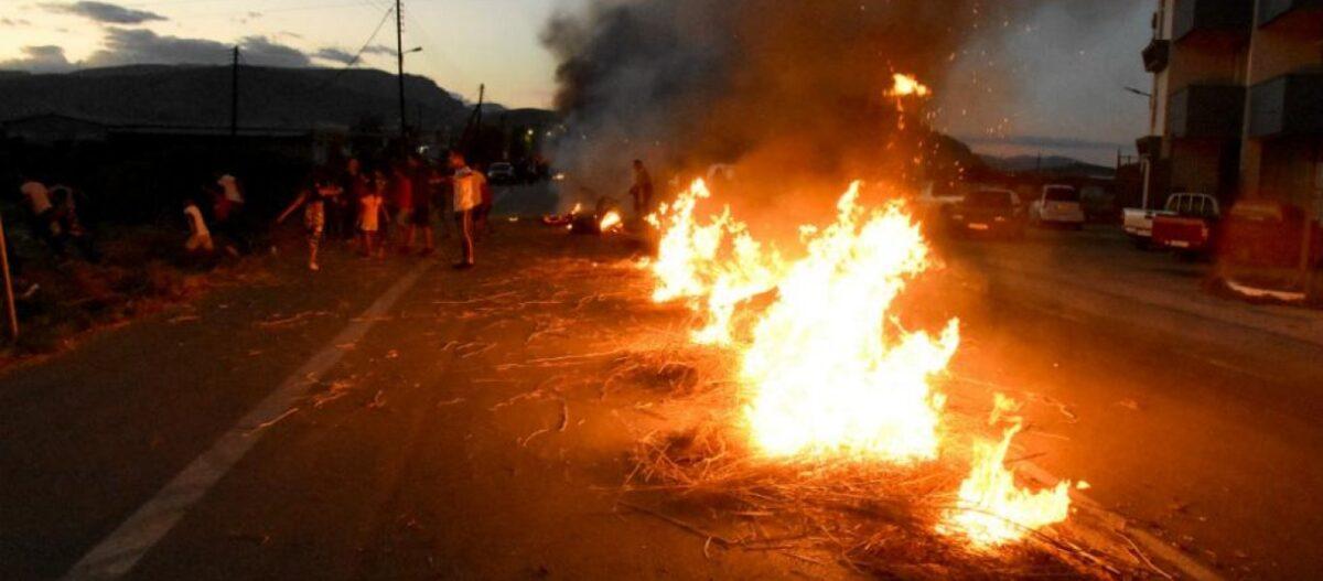Ξεσηκωμός των Ρομά! - Μολότοφ και αποκλεισμοί δρόμων σε Αττική, Πελοπόννησο, Βόλο, Αγρίνιο και Λαμία (βίντεο)