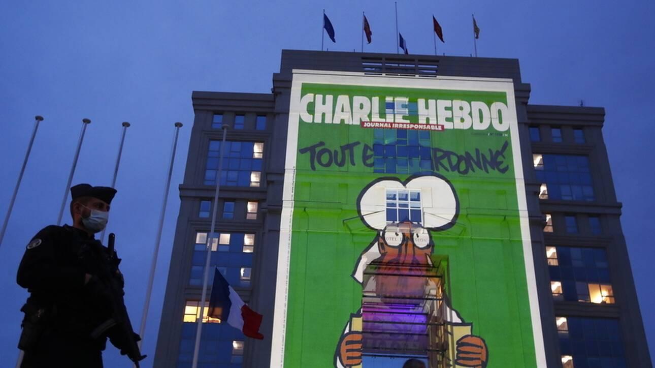 Γαλλία: Σκίτσα του Charlie Hebdo σε κυβερνητικά κτήρια με άδεια Μακρόν