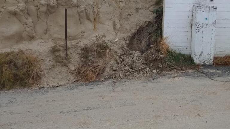 Χείμαρρος δίπλα στα σχολεία – Κατέβασε νερό, λάσπες και πέτρες