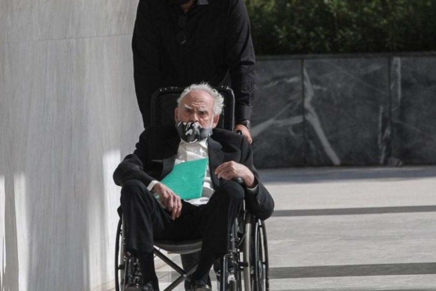 Mε αναπηρικό καροτσάκι ο Ακης Τσοχατζόπουλος στον Αρειο Πάγο