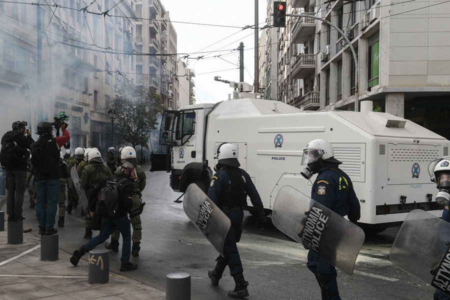 Επεισόδια Πολυτεχνείο: Στα Προπύλαια οι «αύρες» της αστυνομίας