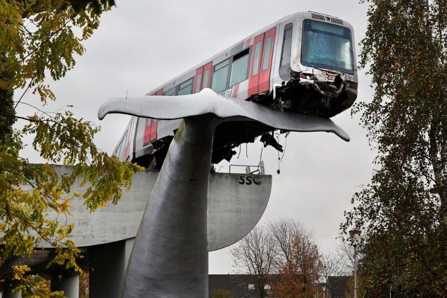 Ρότερνταμ: Γιγάντιο γλυπτό φάλαινας έσωσε βαγόνι του μετρό χωρίς φρένα